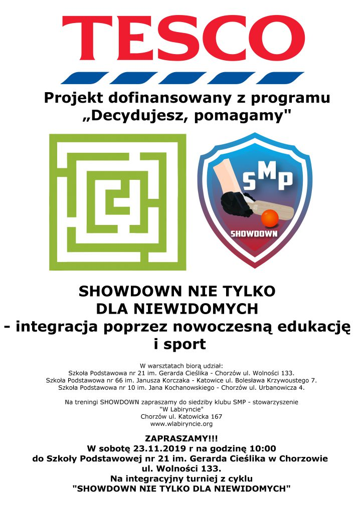 """Plakat promujący projekt """"Decydujesz, Pomagamy"""". Na górze logo Tesco, Na środku logo Stowarzyszenia i SMP Showdown""""."""