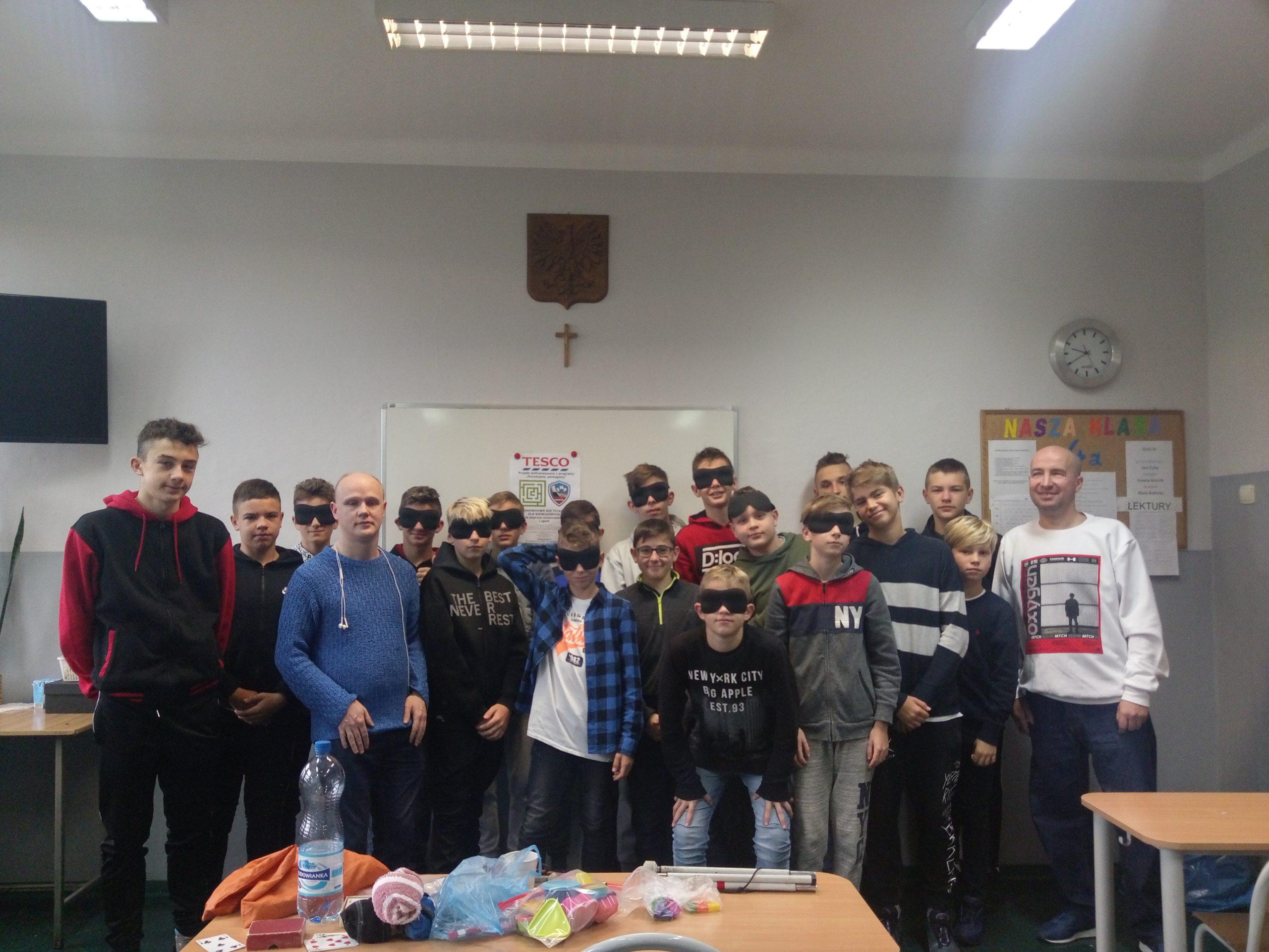 Zdjęcie grupowe - cała klasa uczniów ustawiona, część z nich ma zasłonięte oczy. Wśród uczniów jest Mariusz i Sławek.