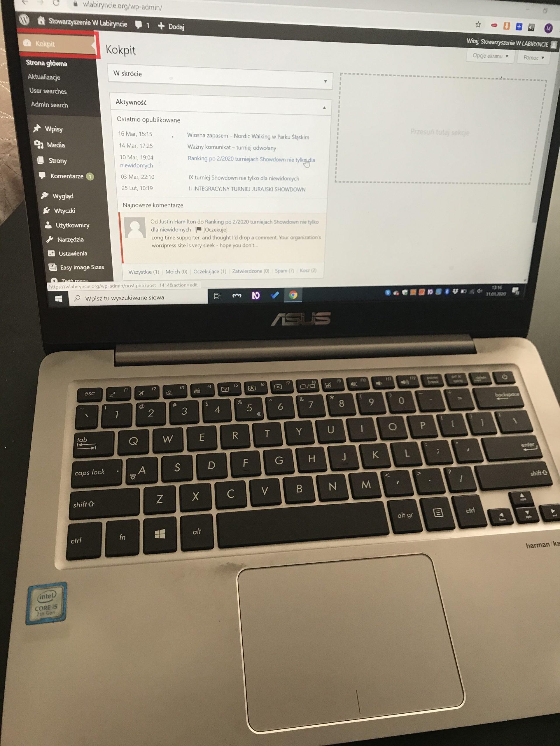 Na zdjęciu otwarty laptop, na ekranie widoczny Kokpit strony internetowej wlabiryncie.org.