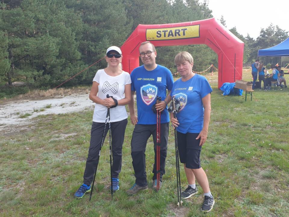 Zdjęcie przedstawia 3 osoby: Benie, Krzysztofa, Ilonę, którzy stoją przed linią startową